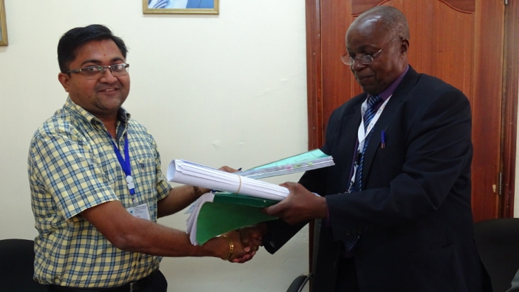 UoK VC exchanges contract documents for the contruction of Lecture Theatre Phase IV